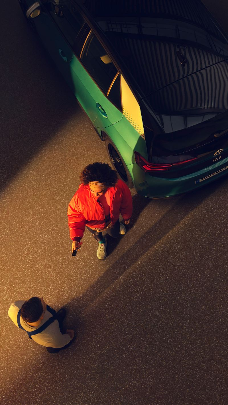 Una cliente lascia la sua ID.3 in un'officina Volkswagen Service.