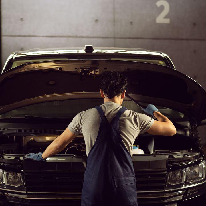 un technicien répare une voiture dans un atelier de réparation volkswagen