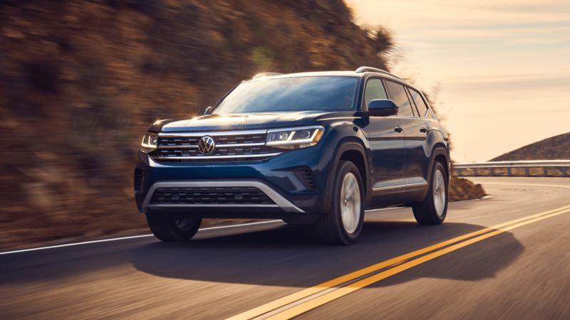 Le VUS Atlas de Volkswagen roulant sur une autoroute