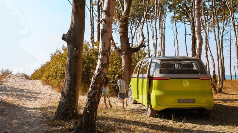 Enfants sortant d'un véhicule électrique VW, lien vers la page de mobilité électrique de VW