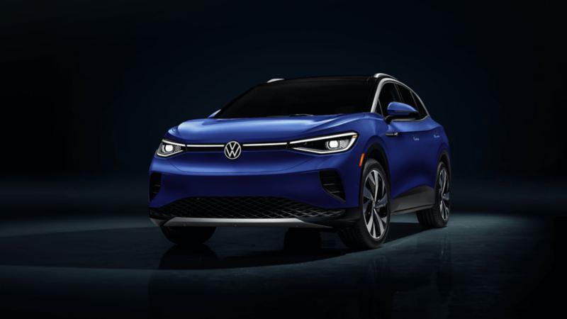 Volkswagen ID.4 bleu foncé métallique - Vue de face, lien vers « Comment fonctionnent les véhicules électriques ».