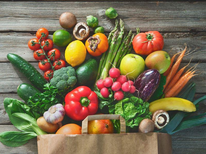 Matkasse med frukt och grönt