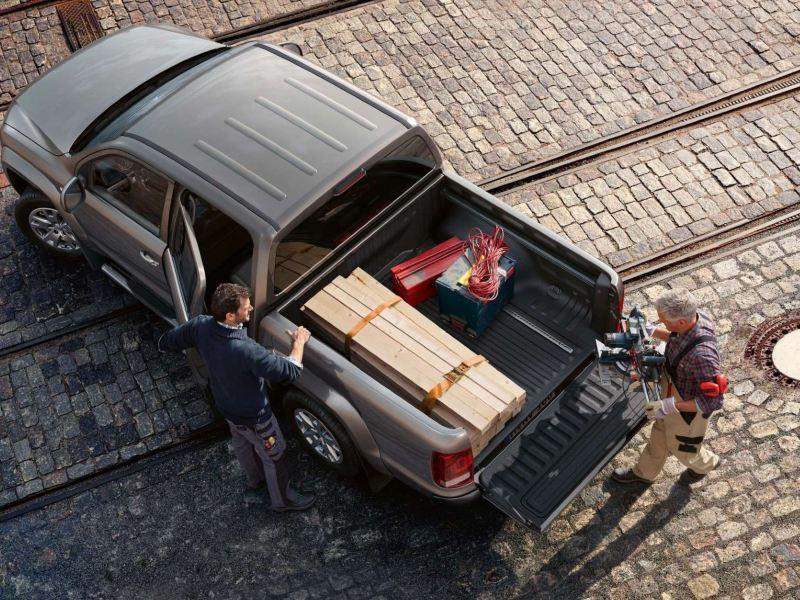 Camioneta Pick Up de Volkswagen estacionada con tablas de madera y herramientas en batea