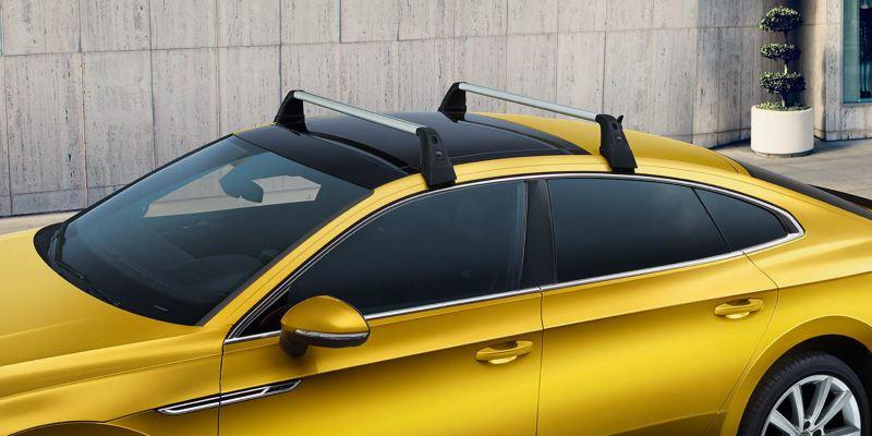 Dettaglio delle barre portatutto originali Volkswagen, montate su una Arteon.