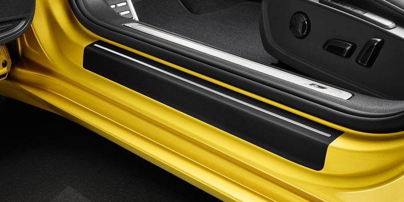 Dettaglio delle pellicole battitacco originali Volkswagen, montate su una Arteon.