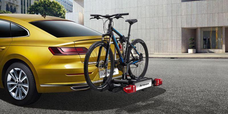 """Dettaglio del porta biciclette pieghevole """"Compact"""" originale Volkswagen, montato sul retro di una Arteon. Disponibile per due o tre biciclette."""