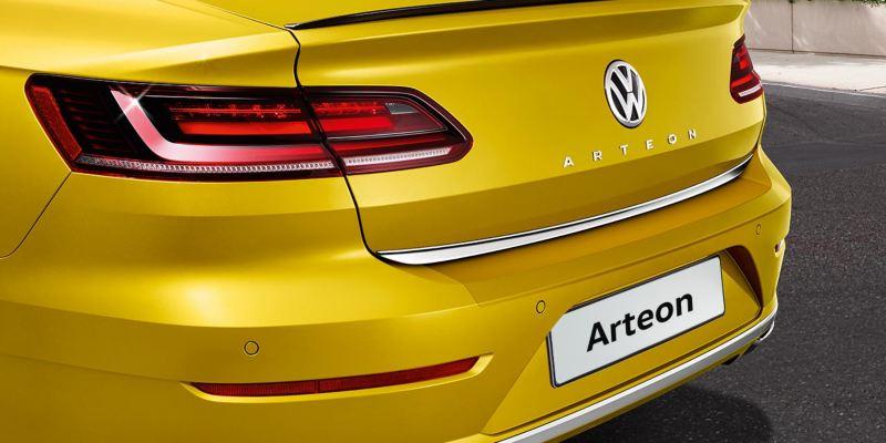 Dettaglio della protezione della battuta posteriore originale Volkswagen, montata su una Arteon.