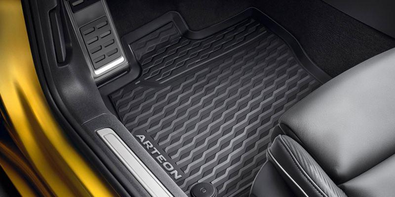 Dettaglio dei tappetini in gomma originali Volkswagen, montati in una Arteon.