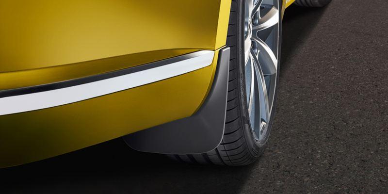 Dettaglio dei paraspruzzi originali Volkswagen, montati su una Arteon.