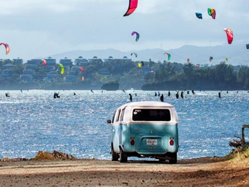 Combi Volkswagen - Auto clásico estacionado cerca de playa