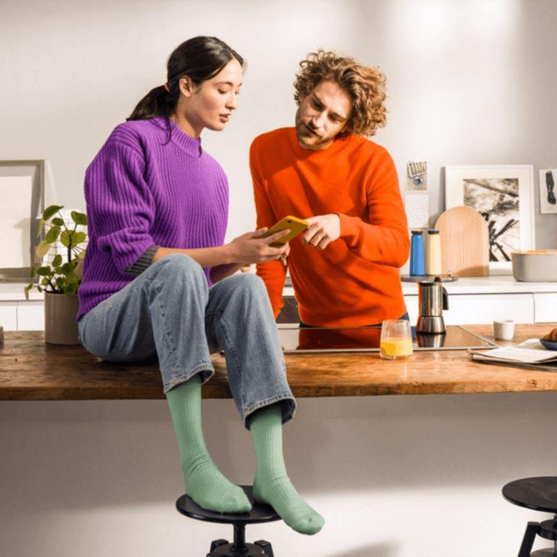 Un homme et une femme regardant un téléphone, lien vers build.vwmdels.ca