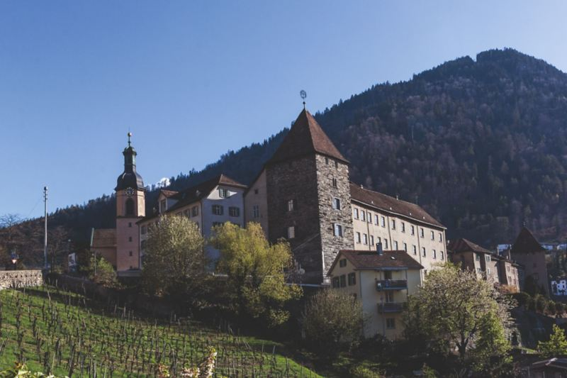 Katedra Wniebowstąpienie Najświętszej Marii Panny i opactwo w najstarszym mieście Szwajcarii Chur, będącym stolicą Kantonu Grisons.