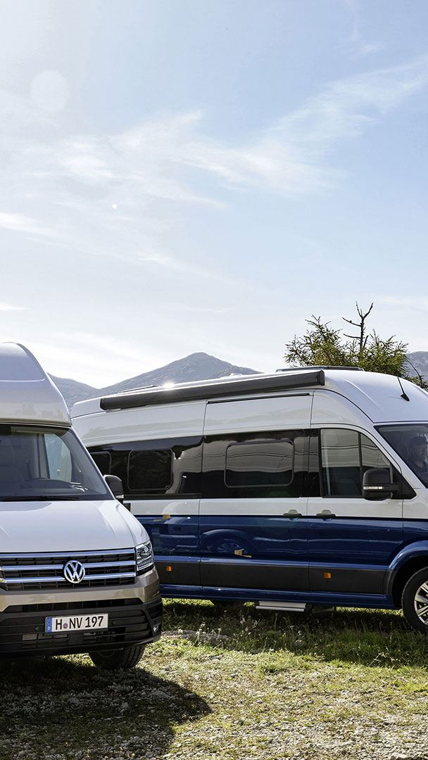 deux Grand California Volkswagen Véhicules Utilitaires garés dans les montagnes