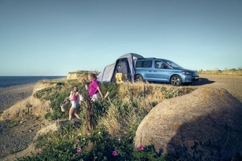 Caddy California med tält vid en strand