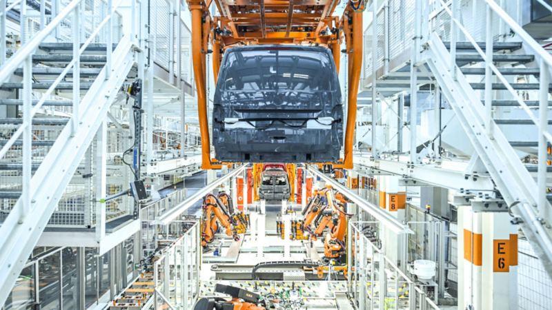 Vista dei macchinari che hanno subito un ammodernamento nella sede di Volkswagen Veicoli Commerciali ad Hannover.