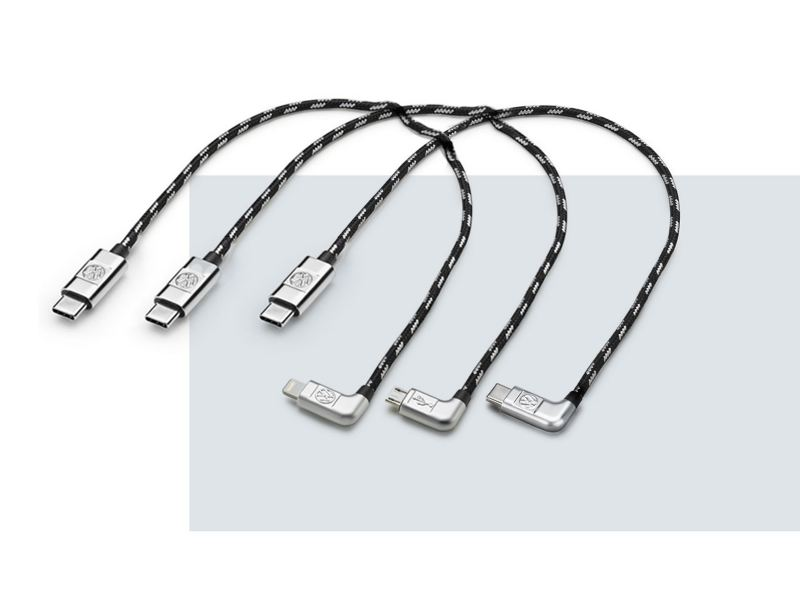Dettaglio di tre cavi USB-C Premium originali Volkswagen. Disponibile Apple da 30 e 70 cm, micro-USB I da 30 e 70 cm, USB-C I da 30 e 70 cm.