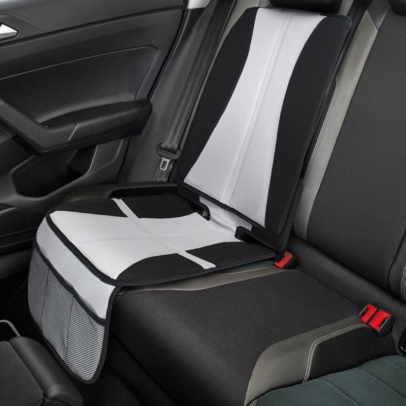 Dettaglio del coprisedile originale Volkswagen, montato su up!. Utilizzabile anche con seggiolini ISOFIX montati.