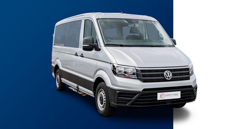 Vista 3/4 frontale di Crafter Kombi Volkswagen con allestimenti per il trasporto di persone con disabilità.