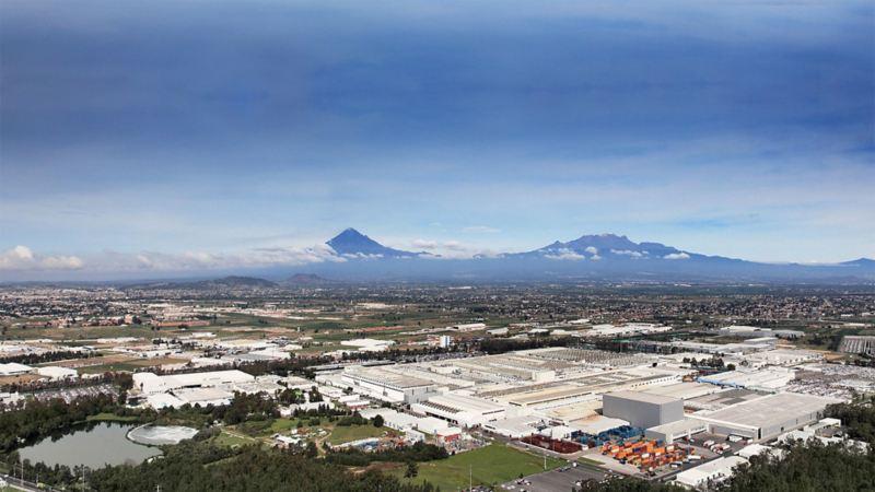 Panoramablick auf das Volkswagen Werk in Mexiko