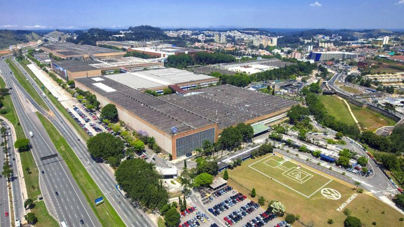 Blick von oben auf das Volkswagen Werk in Brasilien