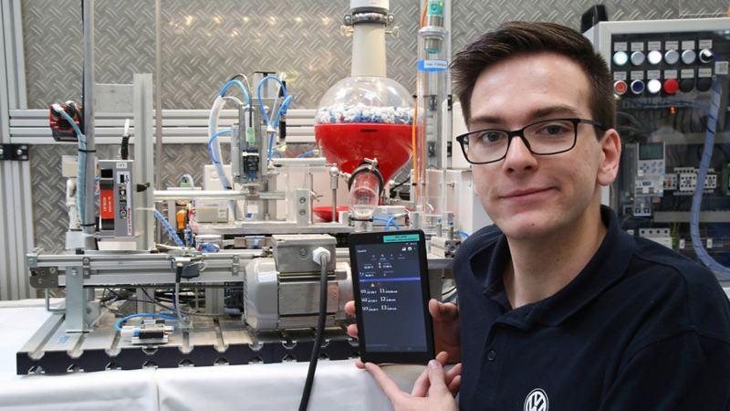 Ein junger Mann in einem Labor