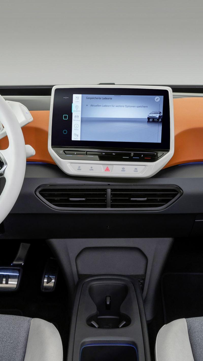 Interni di Volkswagen ID.3, con dettaglio del volante e del display del sistema di infotainment.