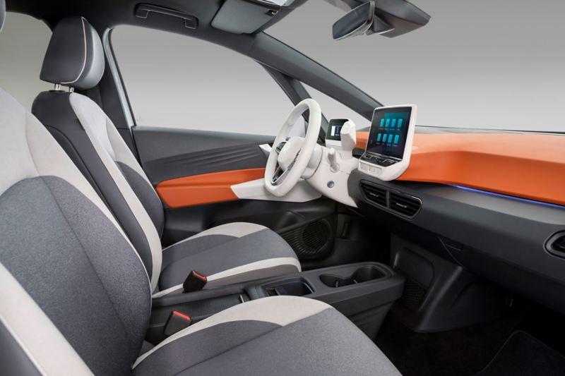 Interni di Volkswagen ID.3, in versione chiara, con dettaglio dei sedili anteriori.