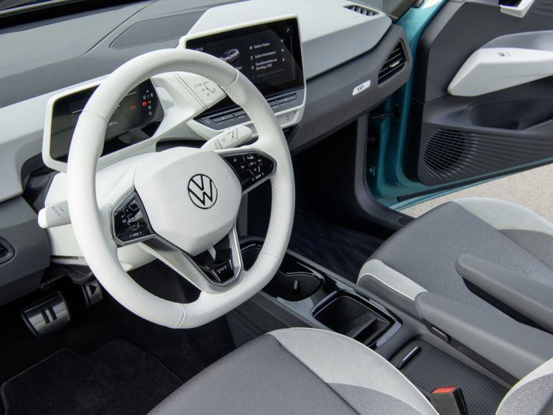 """Rozmowa z Tomaszem Bachorskim, szefem działu projektowania wnętrz marki Volkswagen w podcaście """"Elektrycznie Tematyczni"""""""