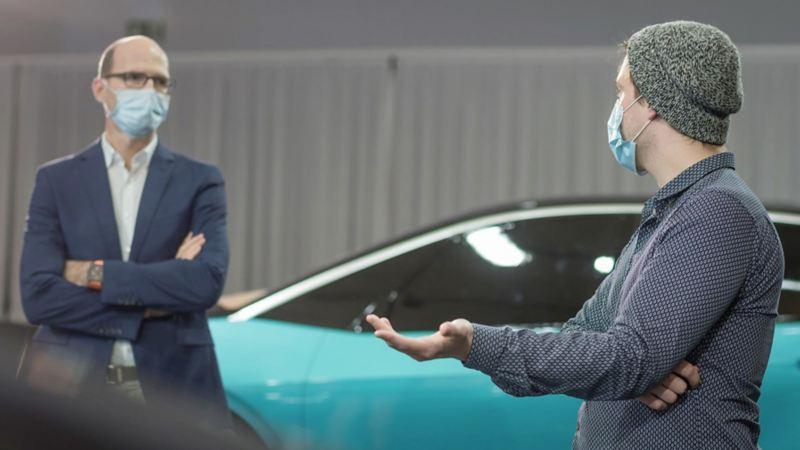 Klaus Zyciora (po lewej), szef działu stylistycznego koncernu Volkswagen w rozmowie ze zwycięzcą konkursu Linusem Combüchenem.