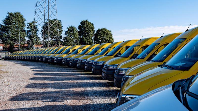 Vista panoramica dei 39 Crafter Volkswagen realizzati e allestiti per DHL.