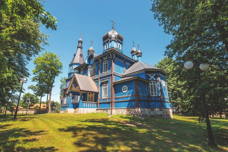 Błękitna cerkiew jest niewątpliwie wielką atrakcją wsi Puchły.