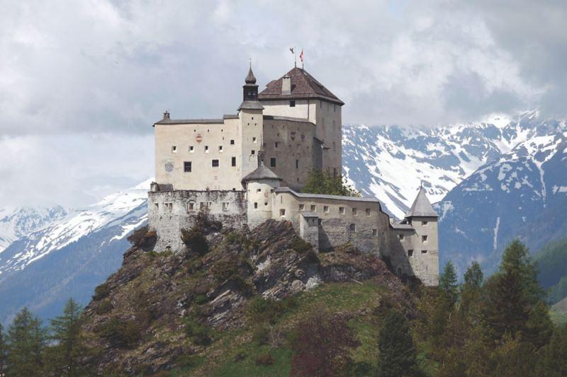 Zamek Tarasp w Dolinie Engandyny.