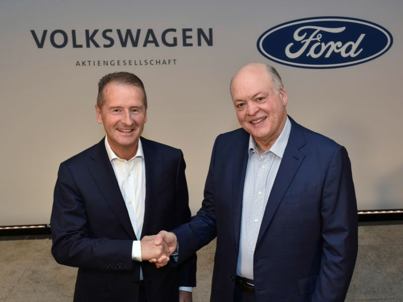 Dr. Herbert Diess y Jim Hacket sellando alianza de Volkswagen y Ford para transformar movilidad mundial