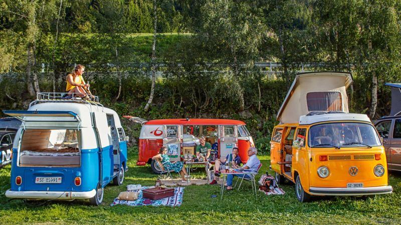 Professionisti del campeggio: le donne hanno posizionato i loro van creando un cerchio, dove si mettono comodi anche gli uomini.