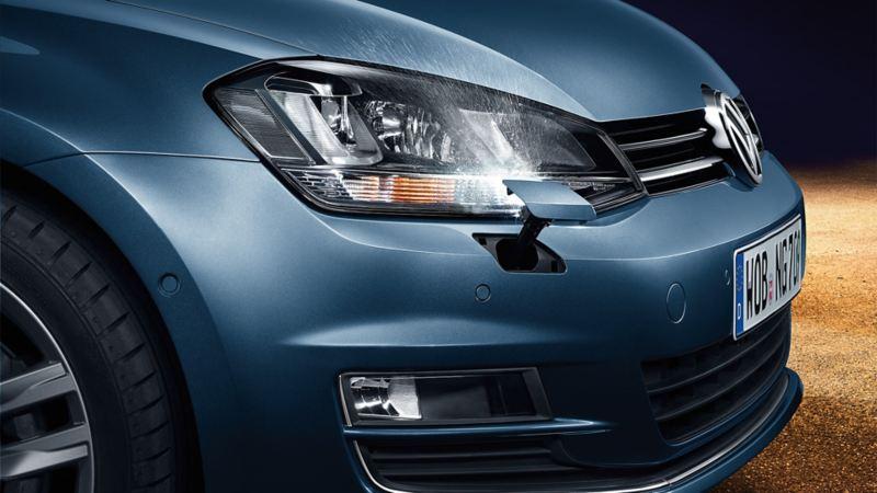 VW Golf z boku, detal: reflektory ze spryskiwaczami