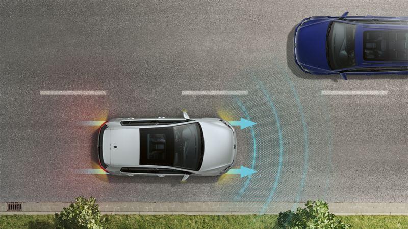 VW Golf widziany z góry, jedzie drogą. Linie i strzałki przedstawiają sensorykę Emergency Assist.