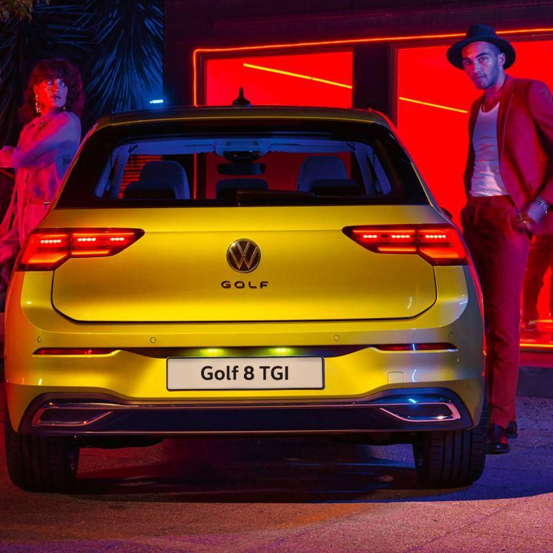 Vista posteriore VW Golf 8 con persone