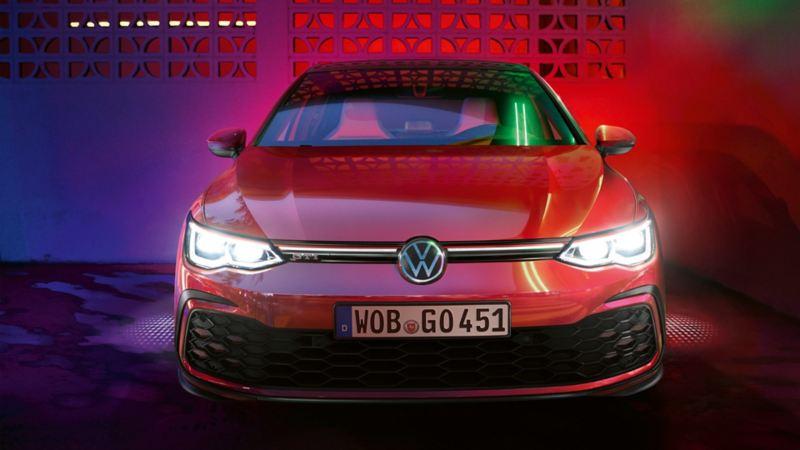 Particolare frontale della calandra di Volkswagen Golf 8 GTI, con fari accesi IQ. Light