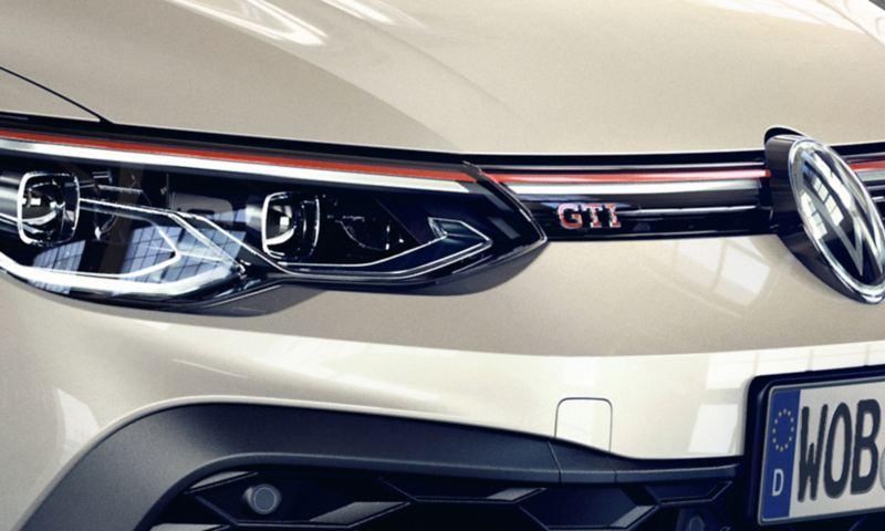 I dettagli della Golf GTI Clubsport: fascia frontale con fari a LED, scritta GTI, logo Volkswagen e struttura a nido d'ape