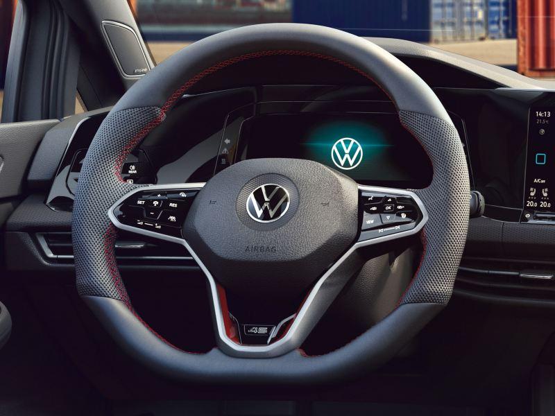 Dettaglio del volante sportivo multifunzione rivestito in pelle di Volkswagen Golf 8 GTI Clubsport 45.