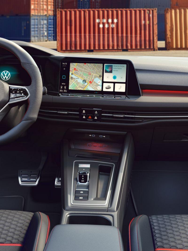 Vista interna dell'abitacolo e della plancia di Volkswagen Golf 8 GTI Clubsport 45 con dettaglio sul volante multifunzione e il display touch del sistema di infotainment.