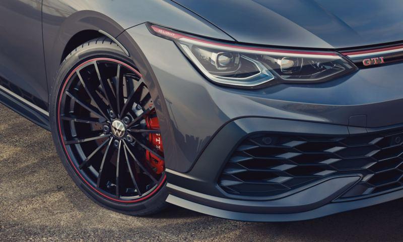 """Dettaglio, in vista 3/4 frontale, del faro destro anteriore e del cerchio da 19"""" con pinza del freno rossa di Volkswagen Golf 8 GTI Clubsport 45."""