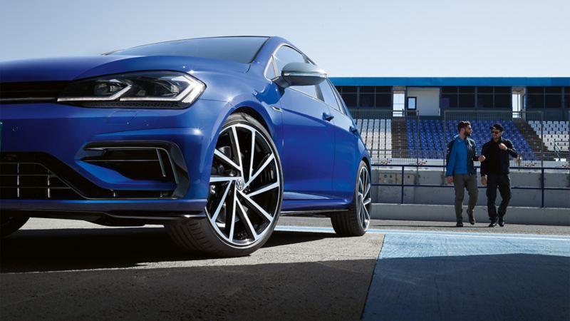 VW Golf R widok ukośnie od dołu, detal: Air Curtains