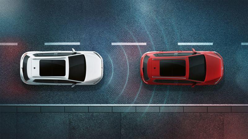 Dwa Volkswageny nocą widziane z góry. Schematycznie przedstawiona sensoryka ACC
