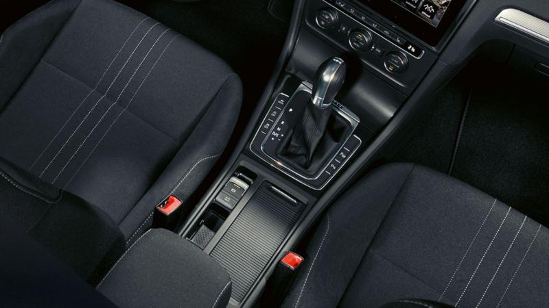 Konsola środkowa VW Golfa, detal: elektroniczny hamulec postojowy