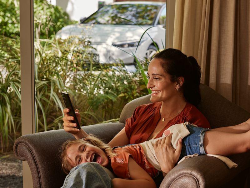 Ein Mann sitzt in einem Café am Laptop und arbeitet