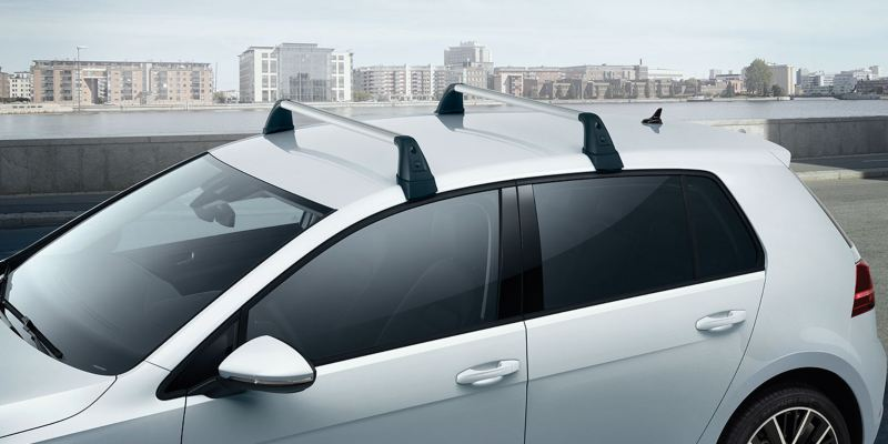 Dettaglio delle barre portatutto originali Volkswagen, per Golf 7 a 5 porte.