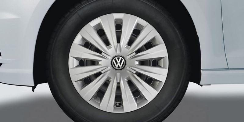 """Dettaglio del copricerchio da 15"""" originale Volkswagen, montato su una Golf 7."""