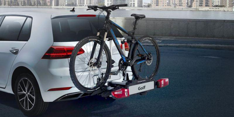 """Dettaglio del porta biciclette pieghevole """"Compact"""" originale Volkswagen, montato sul retro di una Golf 7. Disponibile per due o tre biciclette. Non compatibile con e-Golf."""