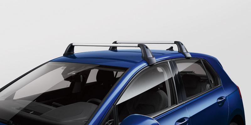 Dettaglio delle barre portatutto originali Volkswagen, montate su una Golf 8.